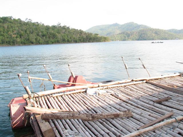 เขื่อนศรีฯ กาญจนบุรี  แพอยู่ดี เป็นแพตกปลา เล่นน้ำ